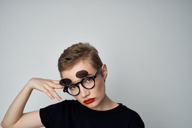 Piękna kobieta z podwójnymi okularami mody jasnym tle