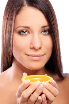 Piękna kobieta z pomarańcze w rękach