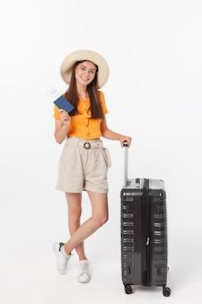 Piękna kobieta z pomarańczową bluzką przygotowywającą podróżować