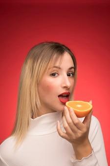 Piękna kobieta z pomarańczowym portretem