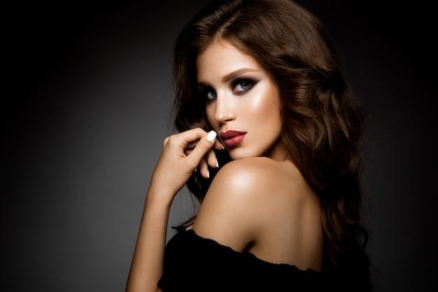 Piękna kobieta z profesjonalistą uzupełniał