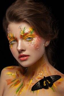 Piękna kobieta z profesjonalnym makijażem