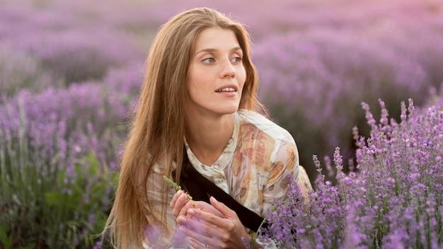 Piękna kobieta z przyrodą