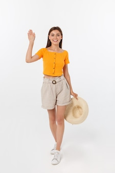 Piękna kobieta z przywitaniem z pomarańczową bluzką