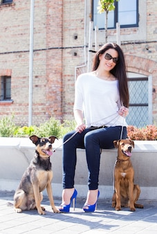 Piękna kobieta z psami