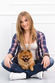 Piękna kobieta z psem