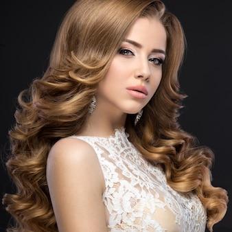 Piękna kobieta z sukni ślubnej na wizerunek panny młodej.