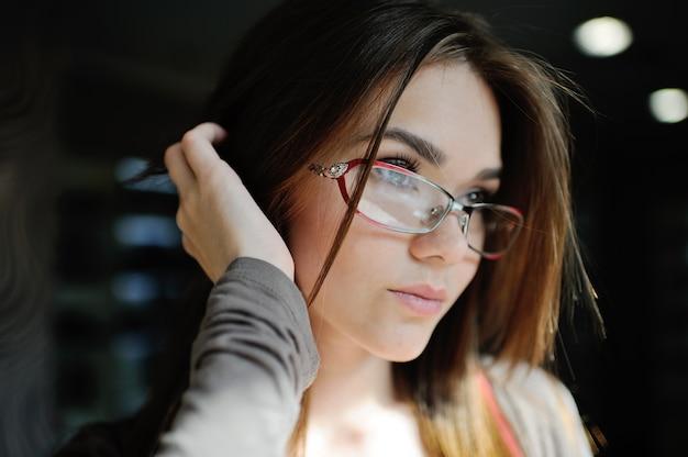 Piękna kobieta z szkłami w sklepie