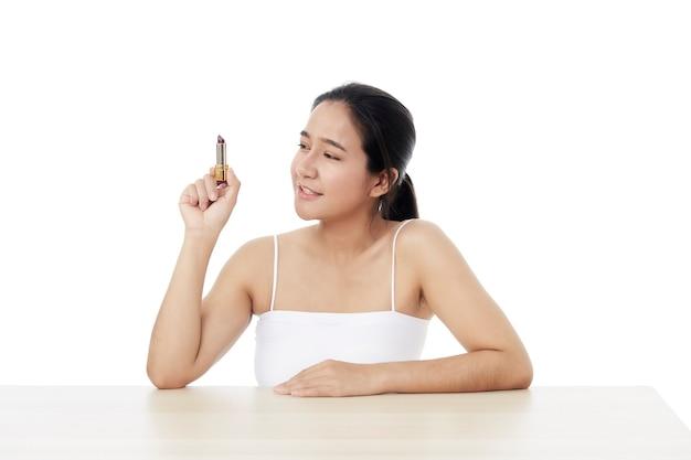 Piękna kobieta z szminką na białym tle. piękna młoda kobieta azji z czystego, świeżego skóry. pielęgnacja twarzy, zabiegi na twarz, kosmetologia, uroda i zdrowa skóra oraz koncepcja pomysłów kosmetycznych