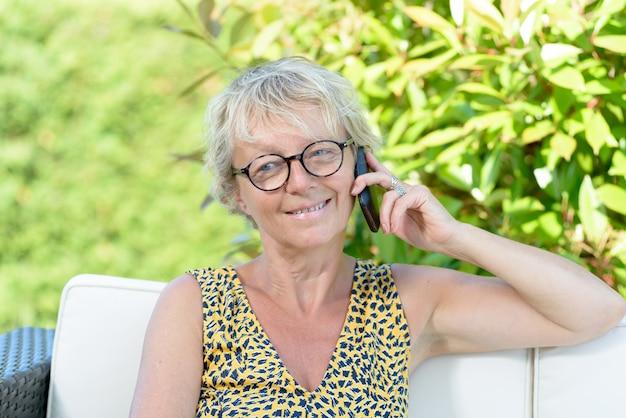Piękna kobieta z telefonem komórkowym outdoors