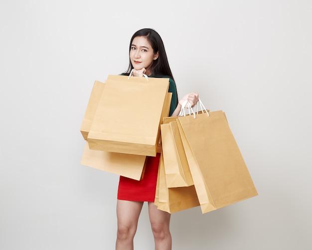 Piękna kobieta z torba na zakupy
