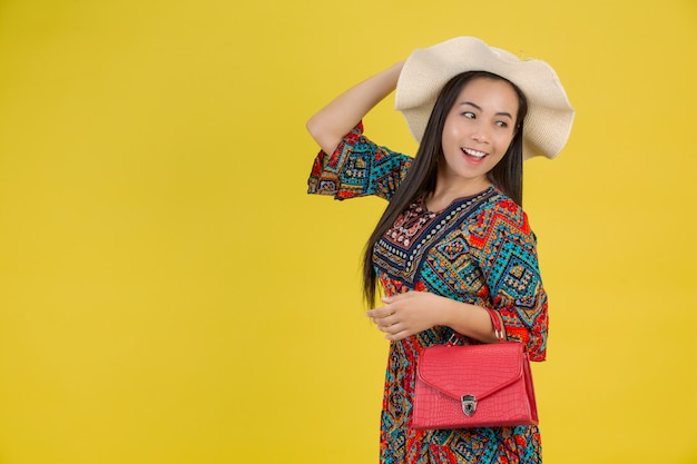 Piękna kobieta z torbą na żółto