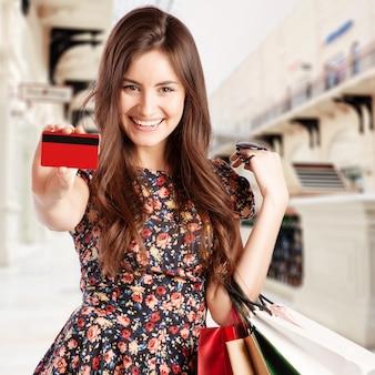 Piękna kobieta z torby na zakupy w centrum handlowym.