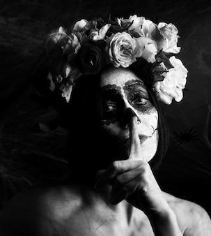 Piękna kobieta z tradycyjną meksykańską maską śmierci. calavera catrina. makijaż czaszki cukru