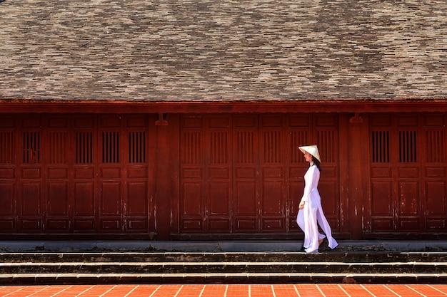Piękna kobieta z tradycyjnym strojem kultury wietnamskiej, tradycyjnym strojem, styl vintage, wietnam