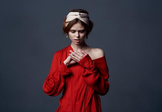 Piękna kobieta z turbanem na głowie atrakcyjny wygląd czerwona sukienka zbliżenie