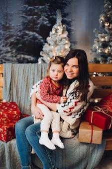 Piękna kobieta z uroczą małą córeczką