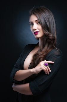 Piękna kobieta z wieczór makijażem. biżuteria i uroda. fotografia mody
