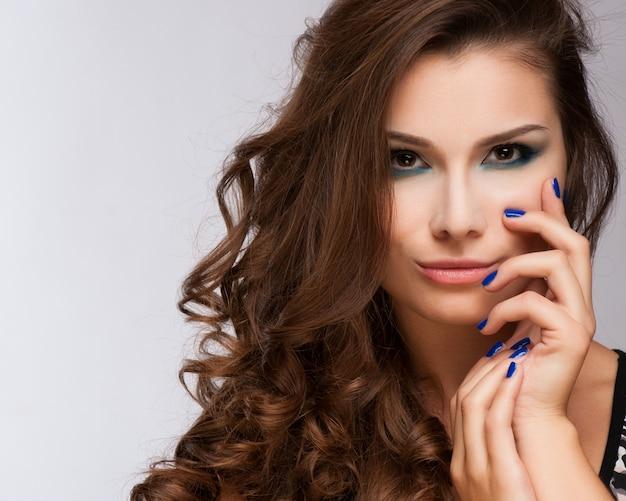 Piękna kobieta z wieczór makijażem.