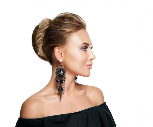 Piękna kobieta z wieczornym makijażem. biżuteria i piękno. fotografia mody