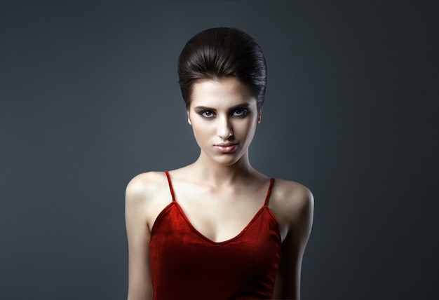 Piękna kobieta z wieczornym makijażem i updo