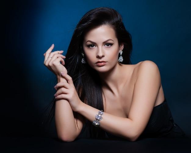Piękna kobieta z wieczornym makijażem