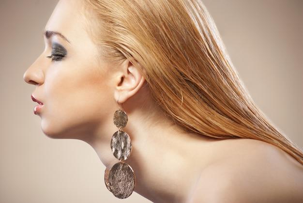 Piękna kobieta z wieczorowym makijażem. biżuteria i piękno. fotografia mody