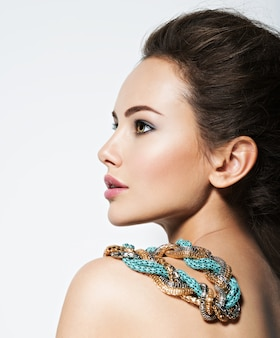 Piękna kobieta z wieczorowym makijażem biżuterii i fotografii mody uroda