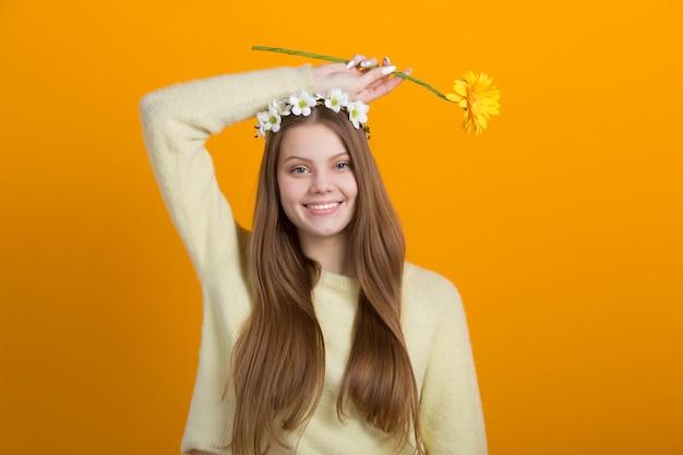 Piękna kobieta z wieńcem kwiatów
