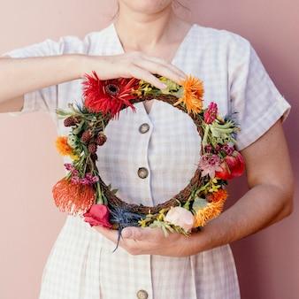 Piękna kobieta z wieńcem kwiatowym w środku lata