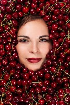 Piękna kobieta z wiśniami