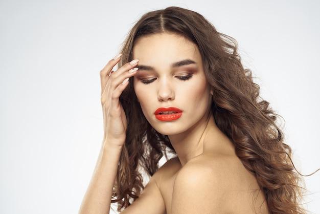 Piękna kobieta z wyciągnąć miecze jasny makijaż glamour szczegół jasnym tle. wysokiej jakości zdjęcie
