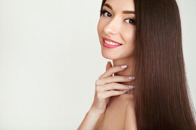 Piękna kobieta z zdrowy długie włosy
