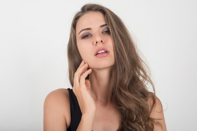 Piękna kobieta z zdrowym ciałem na białym tle