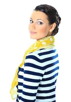 Piękna kobieta z żółtym szalikiem. pojedynczo na białym tle.