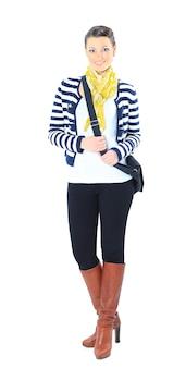 Piękna kobieta z żółtym szalikiem, z torebką. pojedynczo na białym tle.