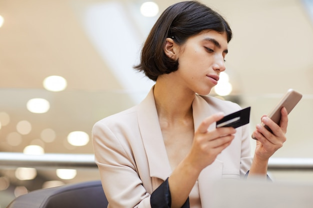 Piękna kobieta za pomocą banku online