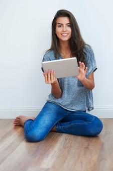 Piękna kobieta za pomocą cyfrowego tabletu