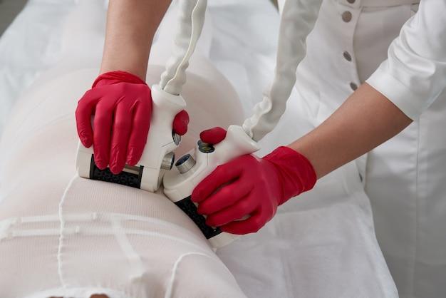Piękna kobieta zaczyna terapię cellulitem z lpg maszyny