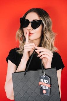 Piękna kobieta zakupy w czarny piątek dzień