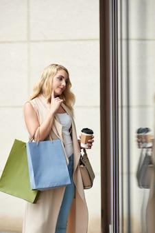 Piękna kobieta, zakupy w oknie
