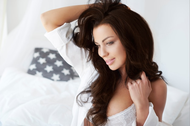 Piękna kobieta zaraz po przebudzeniu
