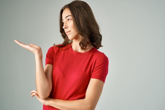 Piękna kobieta zaskoczona spojrzeniem emocje studio styl życia