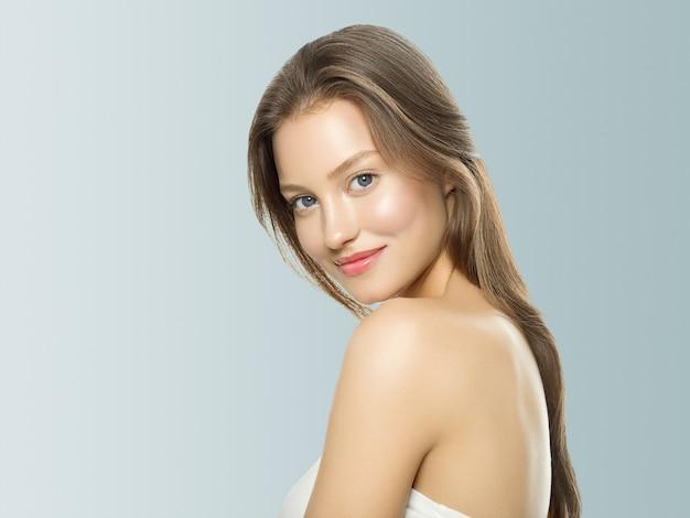Piękna kobieta zdrowa koncepcja pielęgnacji skóry portret z bliska szarym tle. strzał studio.