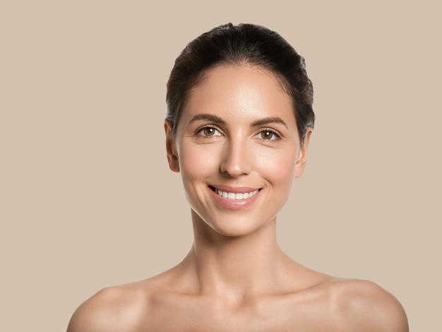 Piękna kobieta zdrowa skóra uroda twarz kosmetyczna koncepcja kolor tła. brązowy.