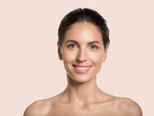 Piękna kobieta zdrowa skóra uroda twarz kosmetyczna koncepcja kolor tła. różowy.