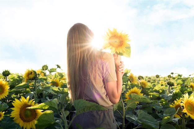 Piękna kobieta ze słonecznikiem