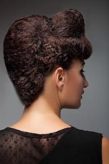 Piękna kobieta ze stylową fryzurą i makijażem