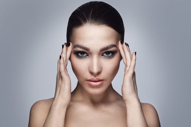 Piękna kobieta ze stylowym makijażem