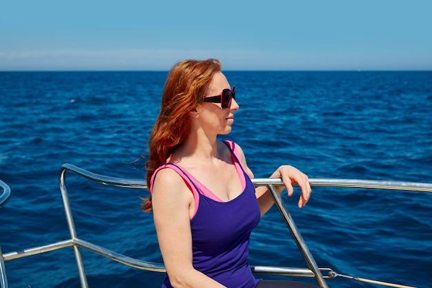 Piękna kobiety dziewczyna w łódkowatym zrelaksowanym profilu